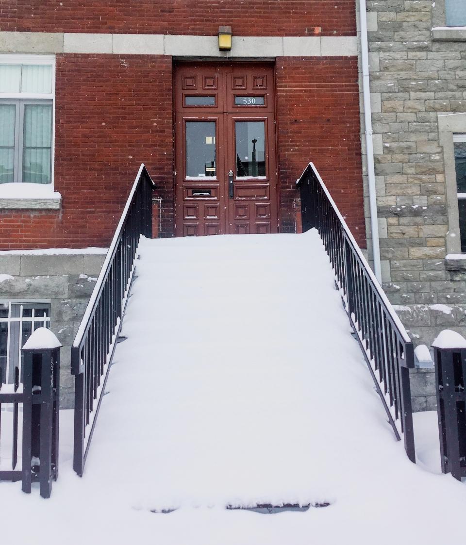 Un escalier sous la neige à Montréal - L'Hiver à Montréal, Canada - Blog Voyage Ma Folie Vagabonde